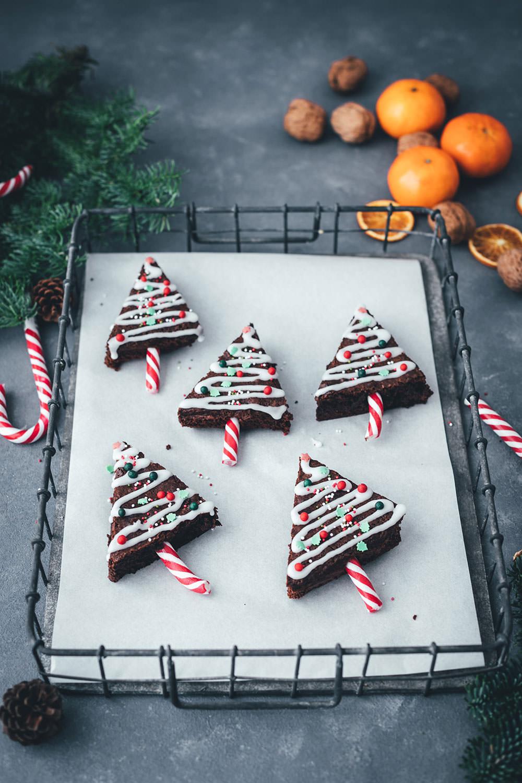 Rezept für Weihnachtsbaum-Brownies – das sind einfache Brownies in Tannenbaum-Form, die mit Zuckerstangen, Zuckerguss und bunten Perlen verziert werden. Ein Spaß für die ganze Familie und das perfekte Gebäck für die Advents- und Weihnachtszeit!