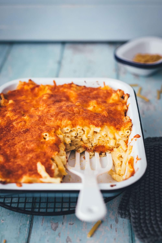Mac and Cheese als schneller Nudelauflauf für die ganze Familie! Mein Rezept benötigt nur 5 Zutaten und steht in unter 30 Minuten auf dem Tisch. Gerade für Home Office, Homeschooling und die schnelle Feierabendküche perfekt geeignet. Man braucht keine speziellen Zutaten und kein besonderes Zubehör. Schon hat man den Pasta-Klassiker aus den USA als lecker mit Käse überbackenen Auflauf fix auf dem Tisch stehen! | moeyskitchen.com