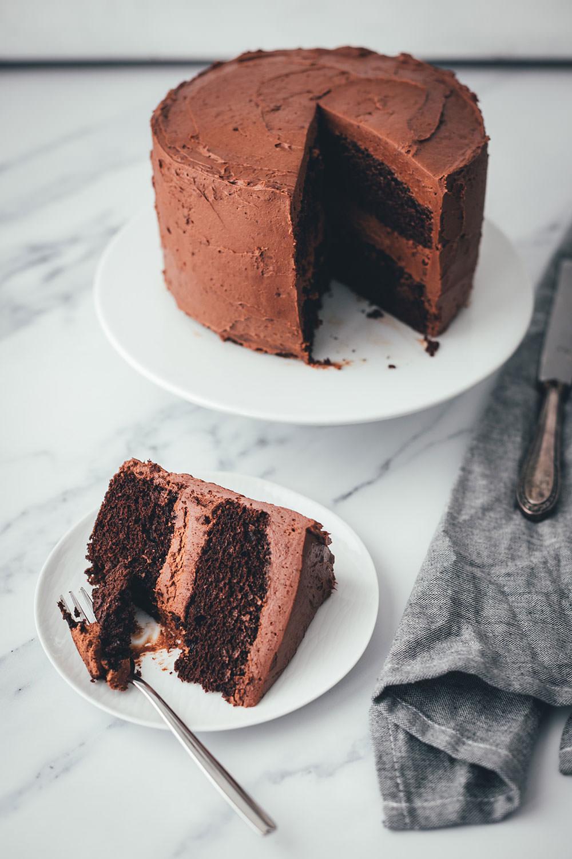 Ein Schokokuchen zum 10. Blog-Geburtstag! Der beste Schokokuchen als leckere Geburtstagstorte. Super einfacher Rührteig, für den man nur eine Schüssel und einen Schneebesen braucht, und ein fantastisches Schokoladen-Frosting ergeben den perfekten Geburtstagskuchen. Der Kuchen ist blitzschnell angerührt und gebacken, das Frosting ist absolut gelingsicher und der Kuchen macht richtig was her. Hier gibt es das ganze Rezept und außerdem die Geschichte meines Foodblogs. | moeyskitchen.com