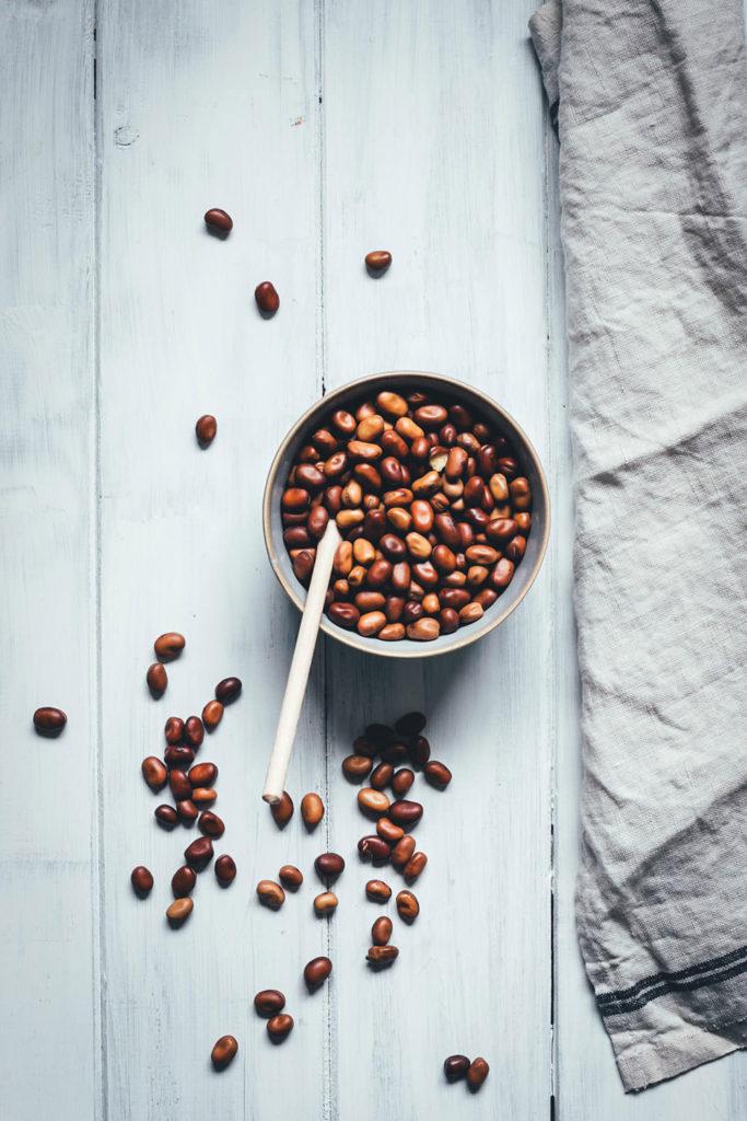 Ackerbohnen zählen zu den Körnerleguminosen und sind heimische Hülsenfrüchte, proteinreich und voller Ballaststoffe. Man bekommt sie in getrockneter Form sowohl geschält als auch ungeschält. Eine tolle Alternative zu Kichererbsen und Bohnen. | moeyskitchen.com