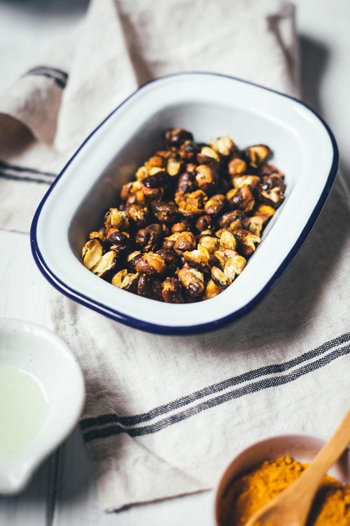 Der knusprige Ackerbohnen-Curry-Snack ist eine tolle Alternative zu Chips und Salzstangen und wird genauso wie geröstete Kichererbsen zubereitet. Man kann die Ackerbohnen sowohl im Backofen als auch in der Heißluftfritteuse (Airfryer) zubereiten. Curry und Kreuzkümmel sorgen für die richtige Würzung für diesen gesunden und leckeren Snack! | moeyskitchen.com