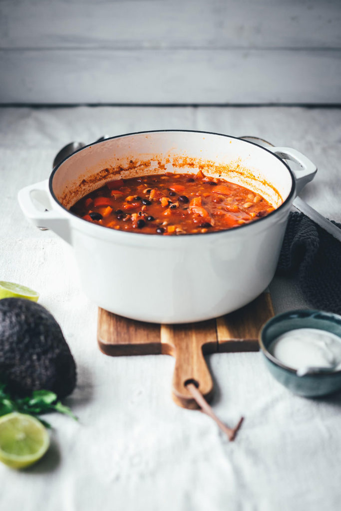 Rezept für super leckeres vegetarisches Chili sin carne! Mein würziger Eintopf kommt ganz ohne Fleisch und ohne Fleischersatzprodukte aus. Stattdessen landen gleich drei Sorten Bohnen im Bohnen-Chili. Zwiebel, Knoblauch, Paprika und Möhren sorgen für Substanz, geräuchertes Paprikapulver, Chiliflocken und Kreuzkümmel geben die richtige Schärfe und Würze. Das Chili sin carne steht dem Chili con carne so in nichts nach! Es ist schnell angerührt und unkompliziert gekocht und eignet sich so für die schnelle Feierabendküche! | moeyskitchen.com