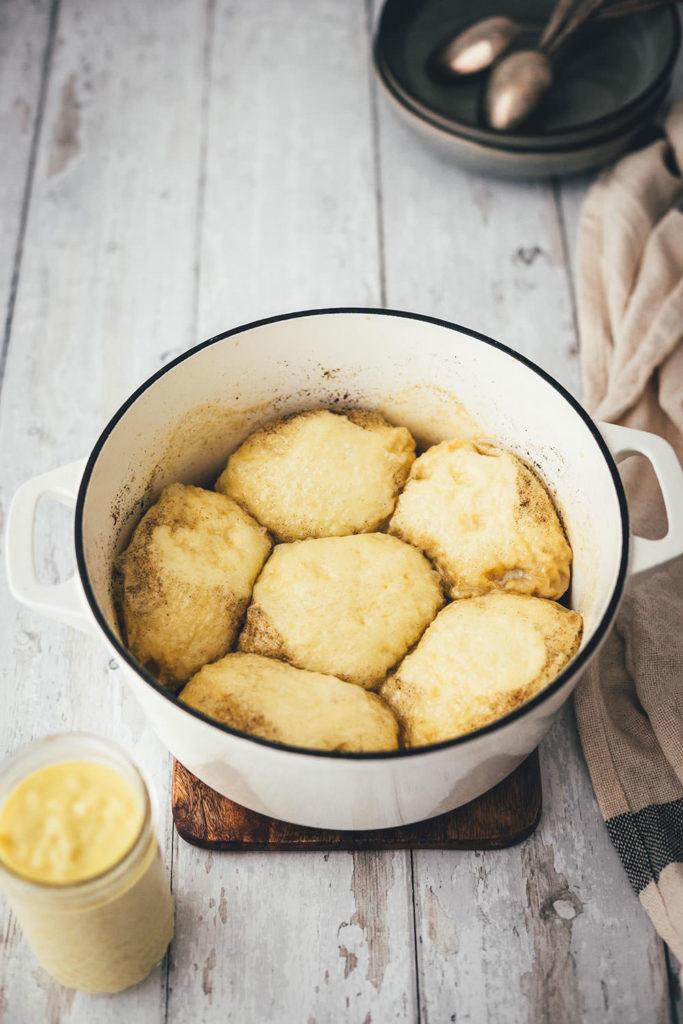 Süße Dampfnudeln mit frischer Vanillesauce sind ein echtes Highlight unter den süßen Hauptgerichten. Für mich sind sie Kindheitserinnerung und Soulfood pur. Die süßen Hefeklöße werden in Milch und Zucker gedämpft und karamellisiert und anschließend mit einer sahnigen Vanillesauce serviert. So simpel und so gut. Hier gibt es das unkomplizierte Rezept zum Nachkochen! | moeyskitchen.com