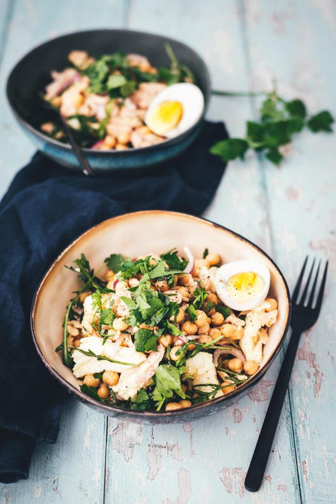 Der perfekte Lunch im Homeoffice: schneller Kichererbsen-Thunfisch-Salat mit Mozzarella, Rucola, Ei und noch ein paar weiteren tollen Zutaten! Gerade im Homeoffice oder beim Homeschooling muss es zum Mittagessen am Schreibtisch schnell gehen. Und darf nicht zu schwer sein, damit man nicht dieses typische Mittagstief bekommt und ins Fresskoma fällt. Der Salat ist dank vielen Proteinen super sättigend und doch eher low carb, da er keine stärkehaltigen Sättigungsbeilagen enthält. Und er ist super vielseitig und wandelbar. | moeyskitchen.com