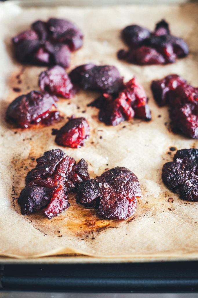 Smashed Beets - oder auch Crushed Beets - werden zubereitet wie Smashed Potatoes: erst weich gekocht, dann zerdrückt und im Ofen geröstet. Ich serviere sie hier mit einer würzigen Feta-Pistazien-Creme mit Joghurt und Petersilie. Perfekt als vegetarische Vorspeise, als Mezze oder Beilage. Oder mit vorgegarter Beete als leckerer und schneller Lunch im Homeoffice. | moeyskitchen.com