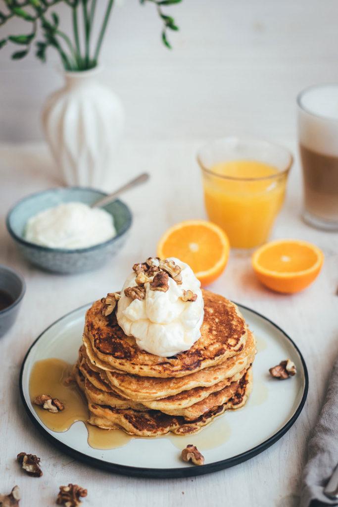 Rezept für saftige Carrot Cake Pancakes | Klassischer Möhrenkuchen verpackt in fluffig-weiche Buttermilch-Pancakes mit Frischkäse-Topping und knackigen Walnüssen | moeyskitchen.com