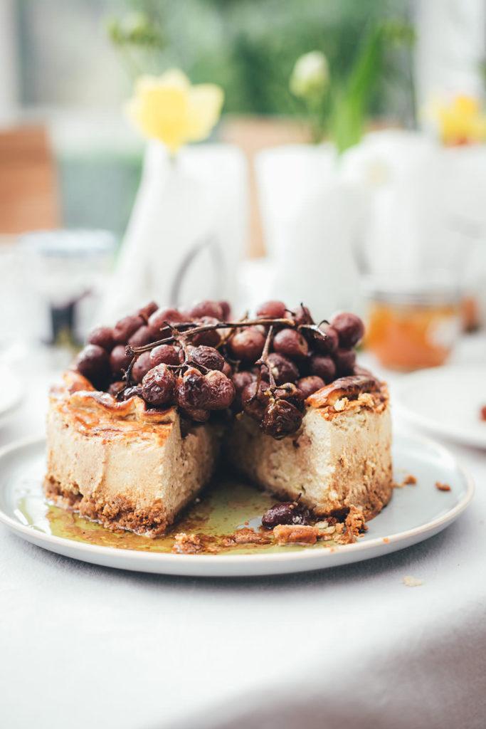 Rezept für herzhaften Käsekuchen mit gerösteten Trauben | 5-Käse-Cheesecake | moeyskitchen.com