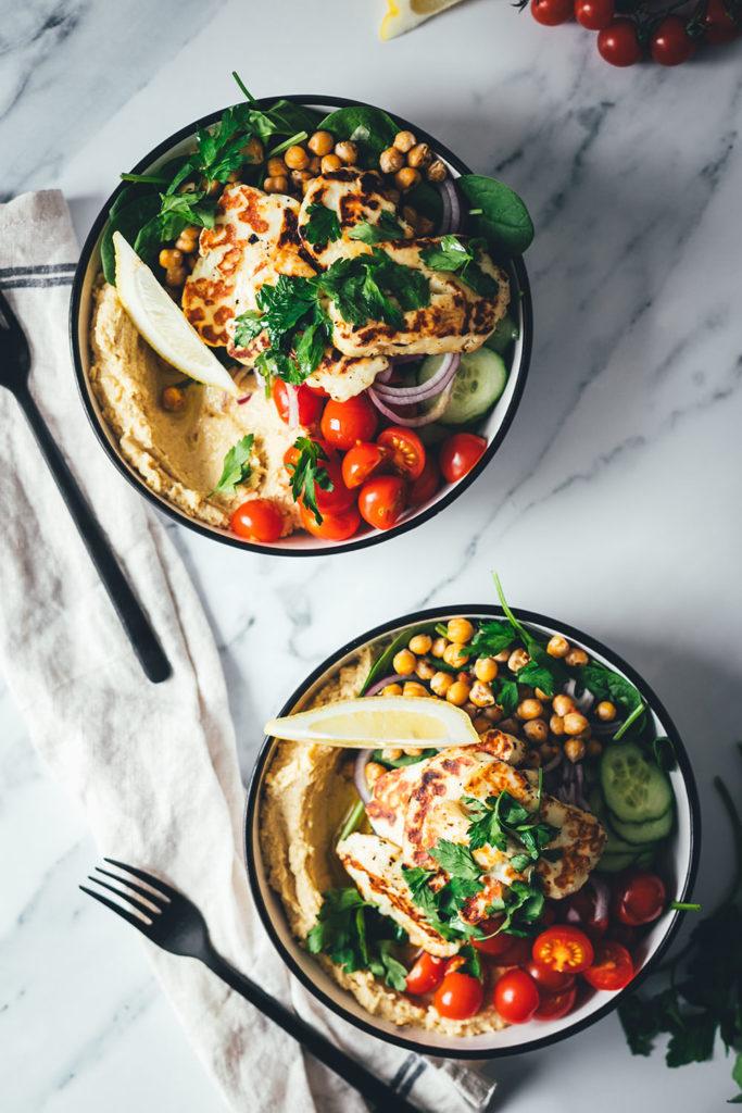 Schnelle Bowls sind der perfekte Lunch im Homeoffice oder ein leichtes Abendessen für die Feierabendküche. So wie meine leckere Hummus Bowl mit selbst gemachtem Hummus, gebratenem Halloumi und knusprigen Kichererbsen zu viel frischem Gemüse. Einfach gemacht, so lecker und ganz fix auf dem Tisch! | moeyskitchen.com