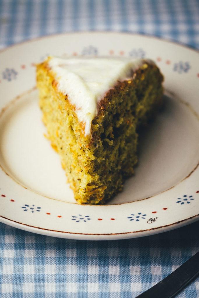 Rezept für saftigen Möhrenkuchen, nicht nur zu Ostern: leckerer Carrot Cake mit Frischkäse-Frosting | moeyskitchen.com