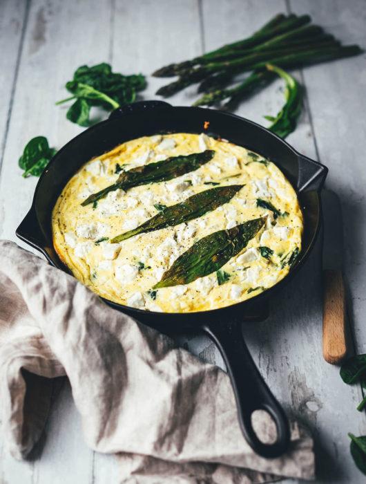 Rezept für locker-leichte Bärlauch-Frittata. Saftiges Omelette, das erst in der Pfanne vorbereitet und anschließend im Ofen gegart wird. Leckere Frühlingsküche mit Bärlauch, Babyspinat, grünem Spargel und Feta. | moeyskitchen.com