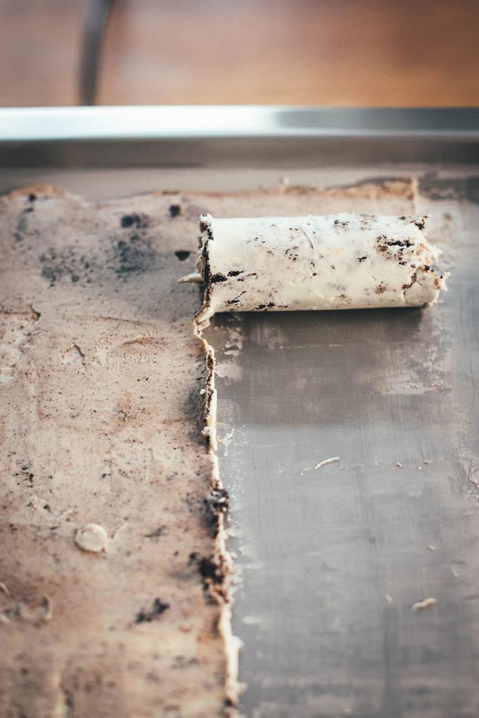 Leckere Ice Cream Rolls könnt ihr jetzt dank Roll-Eismaschine für zu Hause ganz einfach selber machen! Ich verrate euch meine drei liebsten Rezepte für das köstliche Rolleis in den Sorten Cookies & Cream Ice Cream Rolls, Strawberry Cheesecake Ice Cream Rolls und Frozen Yogurt Ice Cream Roll – Eisrollen sind DER Trend für den Sommer, blitzschnell zubereitet und so lecker! | moeyskitchen.com