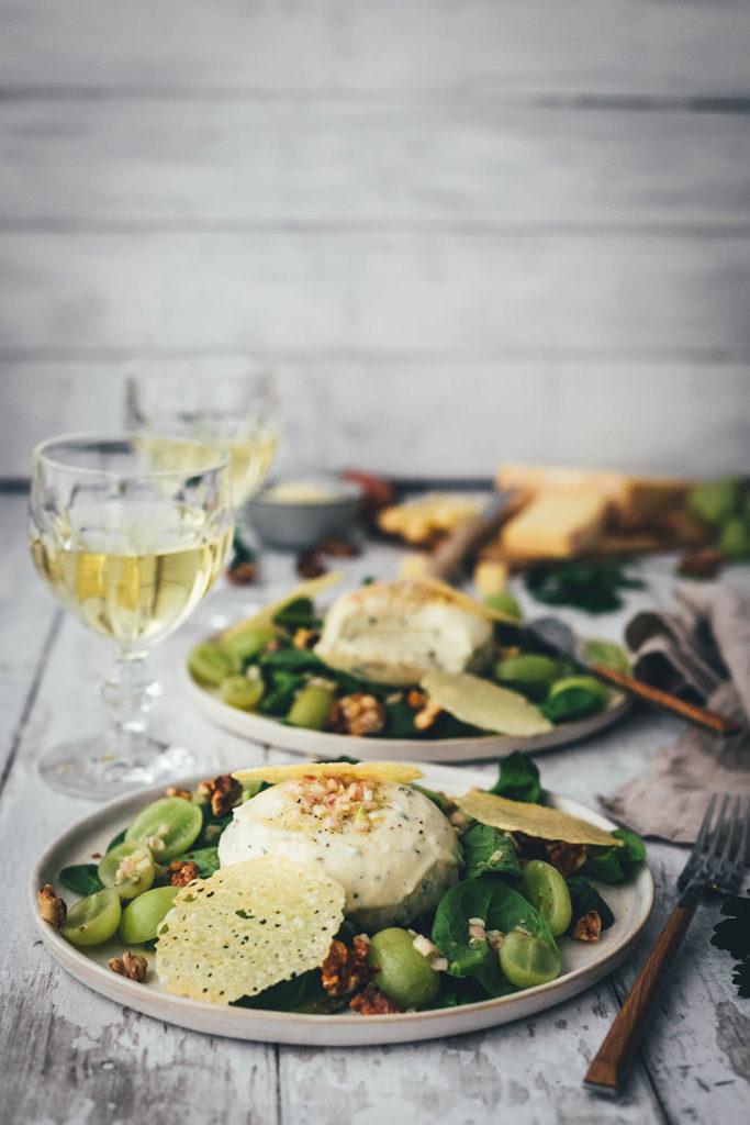 Rezept für herzhafte Käse Kräuter Panna Cotta und Käse-Chips mit Stilfser g.U. Käse. Eine leckere Alternative zum typisch italienischen Dessert und inspiriert von der Südtiroler Alpenküche eine leckere Vorspeise. Serviert auf einem Spinatsalat mit Trauben und Walnusskernen | moeyskitchen.com