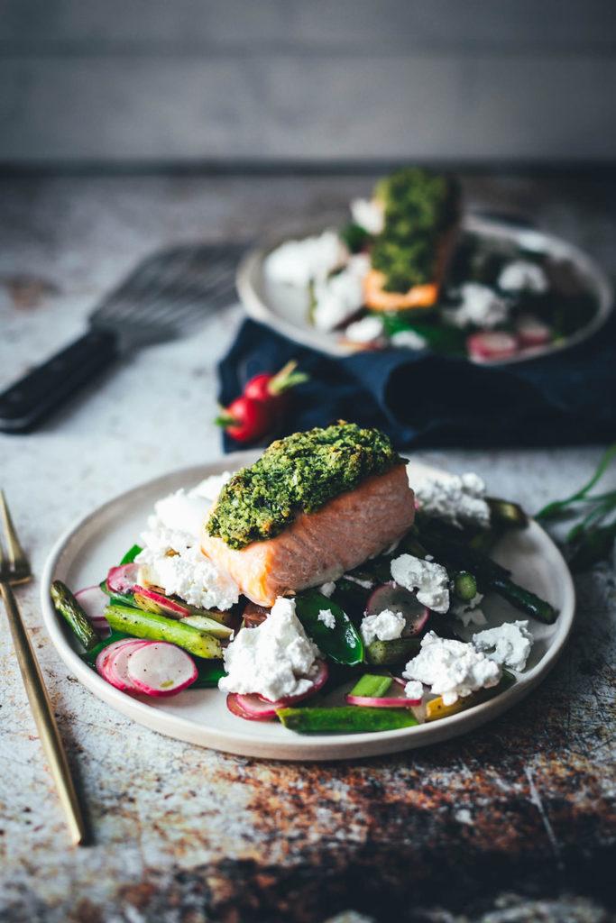 Leichtes Rezept für Lachs mit Bärlauchkruste! Ein wunderbares Frühlings-Gericht mit Bio-Lachs aus dem Ofen, frischem Bärlauch, grünem Spargel, Radieschen, Zuckerschoten und Ziegenkäse. Schnell gemacht, lecker und so leicht, dass es prima als Mittagessen passt oder für die schnelle Feierabendküche geeignet ist. | moeyskitchen.com
