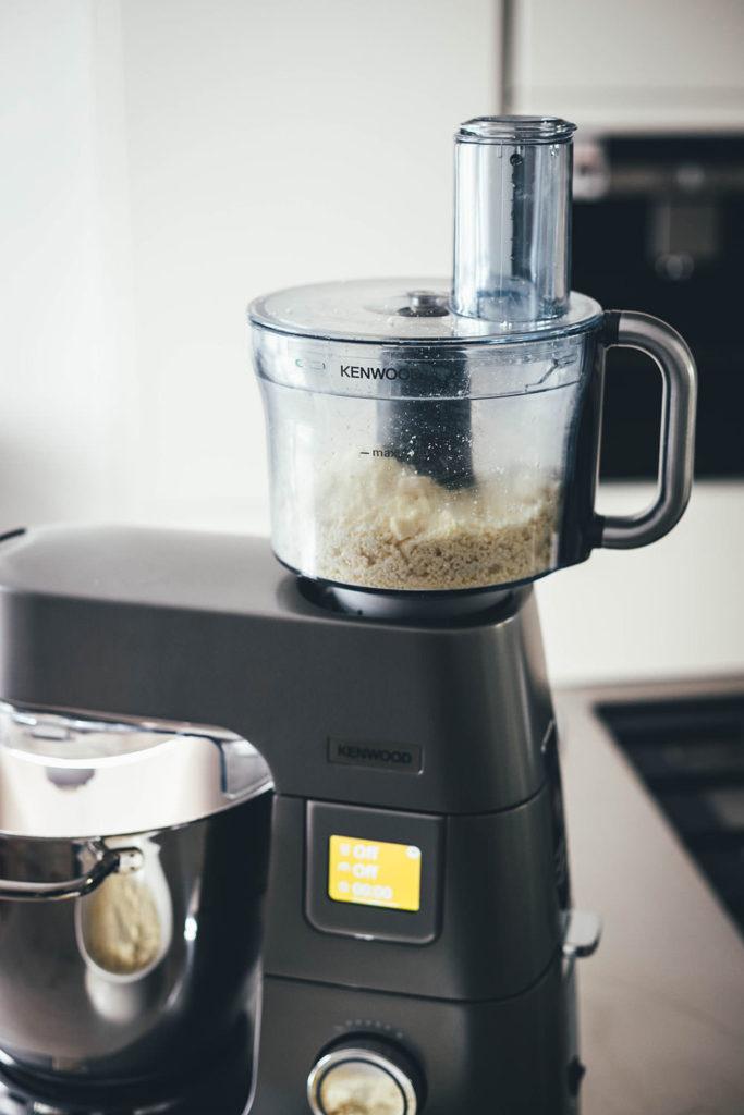Die Kenwood Titanium Chef Patissier XL Küchenmaschine mit aufgesetztem Multizerkleinerer