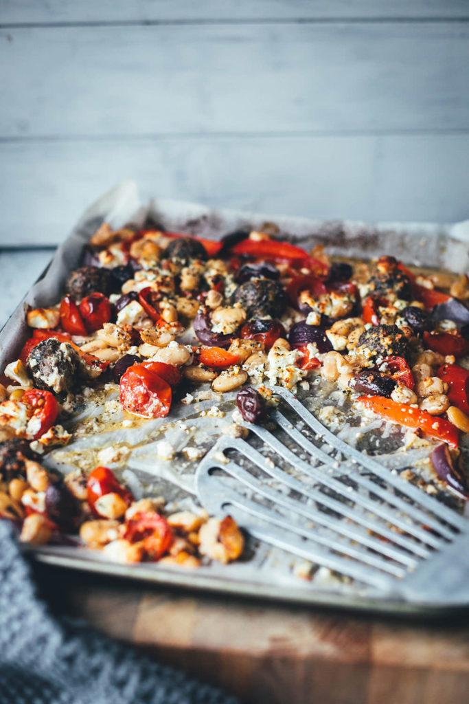 Es wird wieder Zeit für ein super einfaches, aber geschmacklich raffiniertes Gericht für die schnelle Feierabendküche! Da kommen meine One Pan Greek Meatballs genau richtig! Wahlweise mit Rinderhack oder mit einer pflanzlichen Hack-Alternative zubereitet, kommen die kleinen würzigen Hackbällchen mit frischem Gemüse aufs Blech. Wenig Aufwand, wenig Abwasch, aber maximaler Geschmack! | moeyskitchen.com