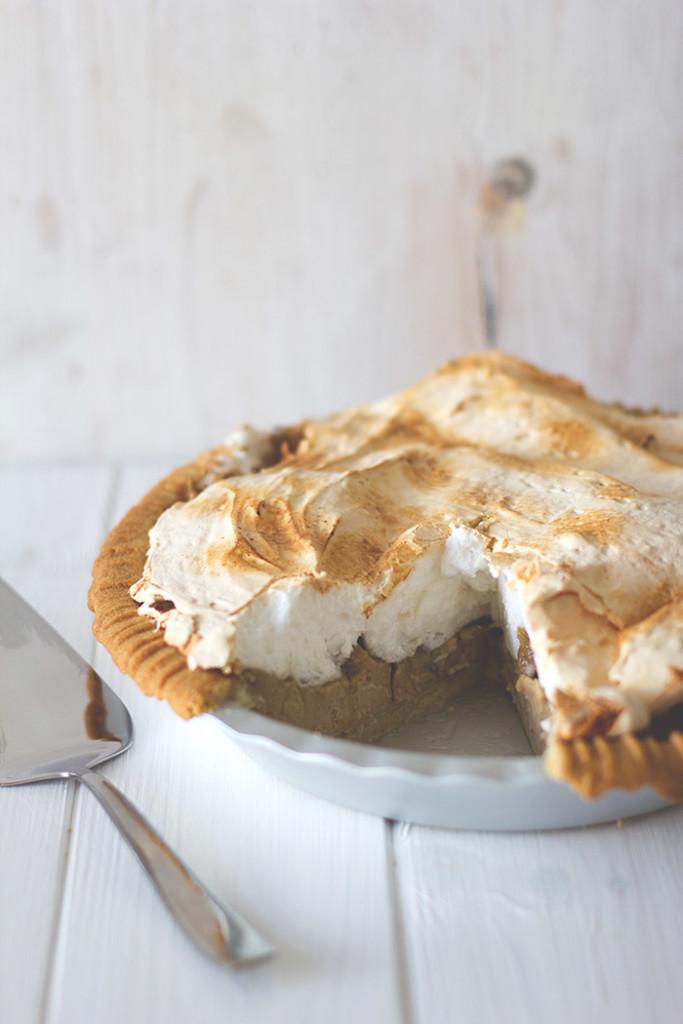 Saftiger Rhabarber-Baiser-Pie aus Mürbeteigboden, Rhabarber-Curd und Eischnee-Haube | moeyskitchen.com
