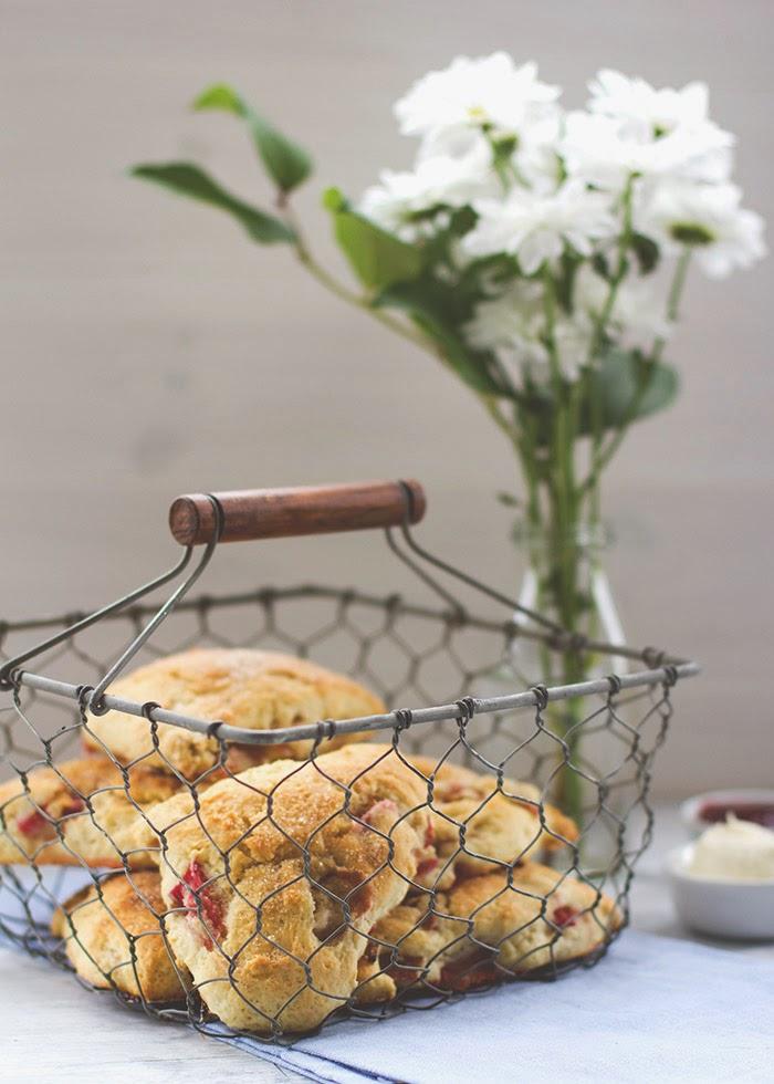Rezept zum Sonntagsfrühstück: frische Scones mit Rhabarber und Buttermilch, serviert mit Clotted Cream und Erdbeerkonfitüre | moeyskitchen.com