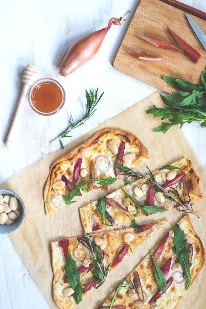 Rezept für Rhabarber-Flammkuchen mit Ziegenfrischkäse und Mandeln | moeyskitchen.com