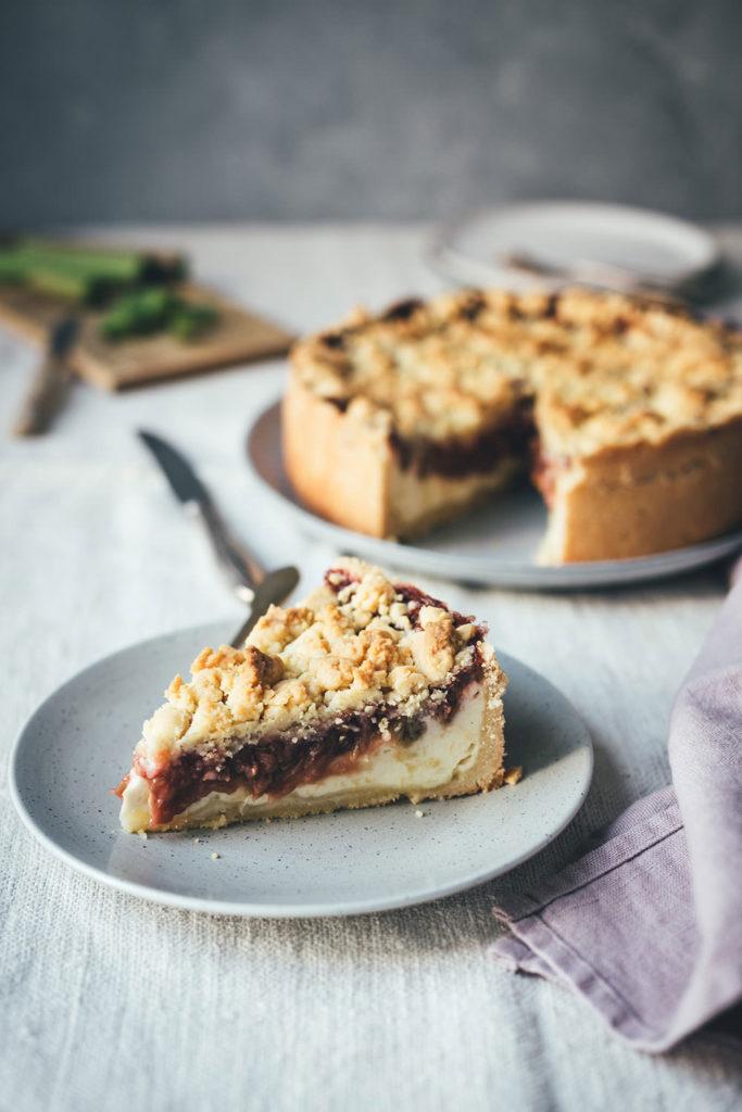 Rezept für Rhabarber-Käsekuchen mit Streuseln als klassischer Kuchen für den Frühling | moeyskitchen.com