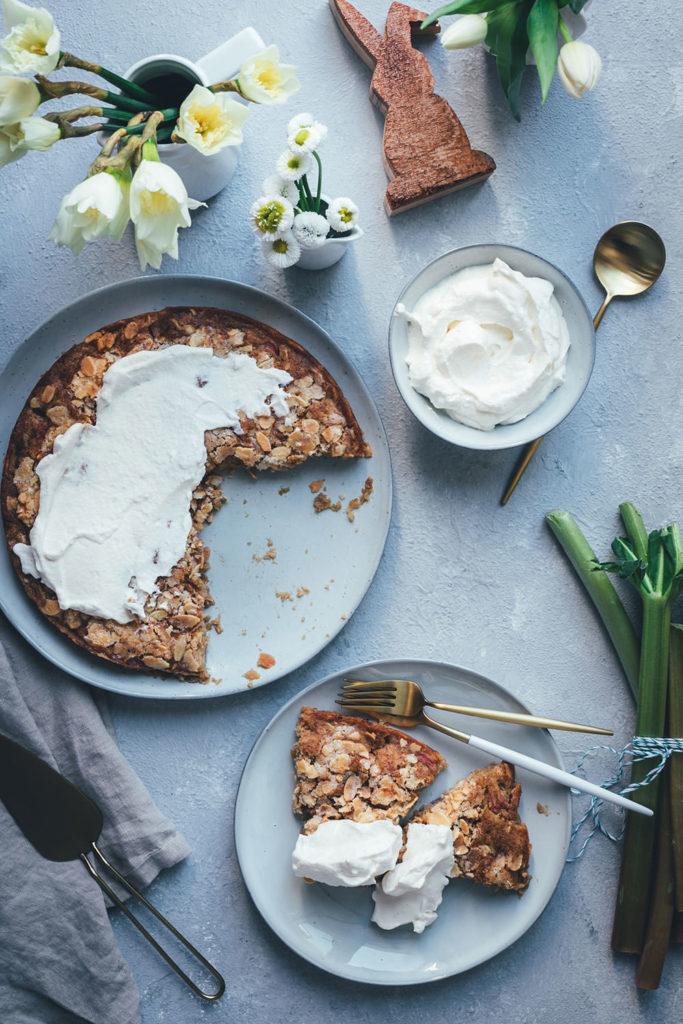 Rezept für Rhabarber-Mandel-Kuchen mit knuspriger Zuckerkruste und leckerer Vanille-Sahne | schnell zubereitet und perfekt für Frühling und Ostern | moeyskitchen.com