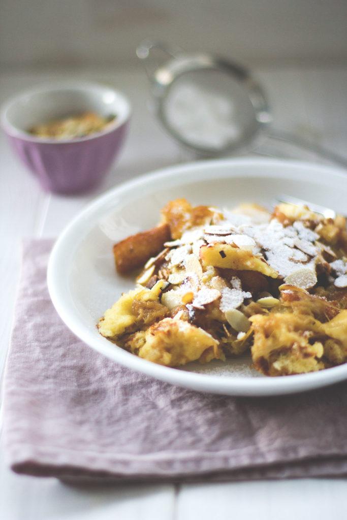 Fluffiger Rhabarber-Ofen-Schmarrn, das ist ein Kaiserschmarrn mit frischem Rhabarber aus dem Ofen | moeyskitchen.com