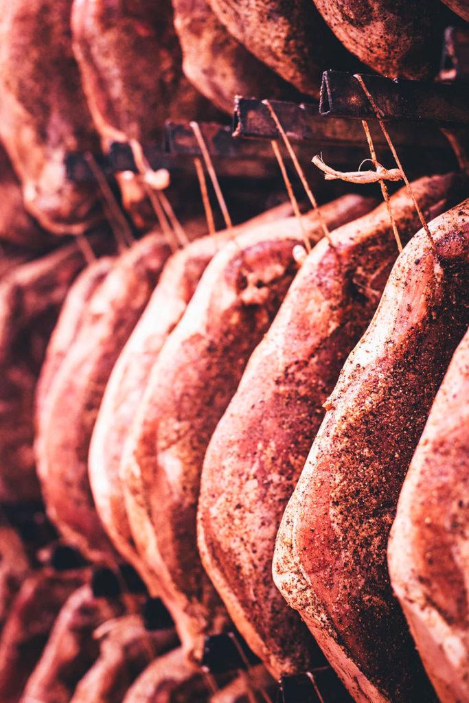 Rezept für Risotto Carbonara aus dem Ofen! Mit zweierlei vom Südtiroler Speck g.g.A., Erbsen und Ei serviert. Blitzschnelles Ofenrisotto für das deftige Abendessen – alltagstaugliche Alpenküche und kreative Umwandlung des italienischen Pastaklassikers! | moeyskitchen.com