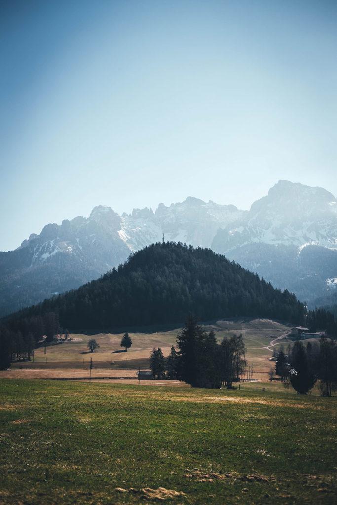 Saftige Wiesen auf einem Bergbauernhof in Südtirol