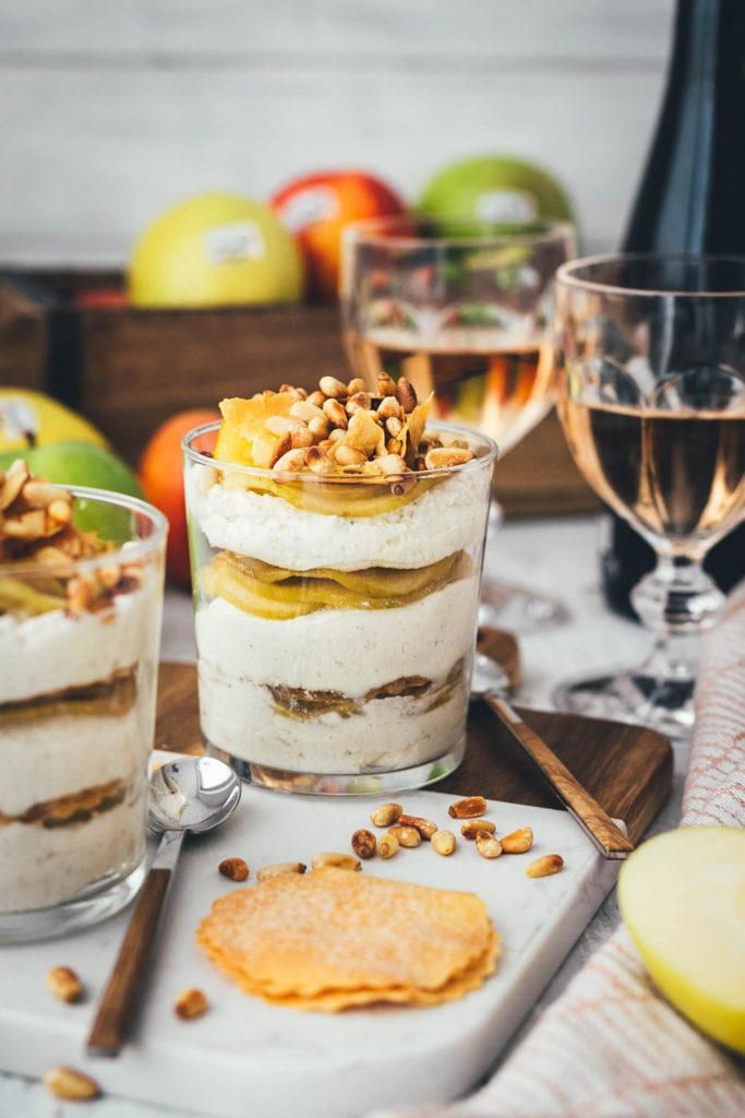 Rezept für super einfaches und leckeres Apfelstrudel-Dessert im Glas – sanft gedünsteter Südtiroler Apfel g.g.A. trifft auf knusprige Strudelteig-Türmchen und sahnige Mascarpone-Vanille-Creme. Garniert mit gerösteten Pinienkernen wird das Dessert ein toller Twist zu klassischem Strudel und italienischen Dessert! | moeyskitchen.com