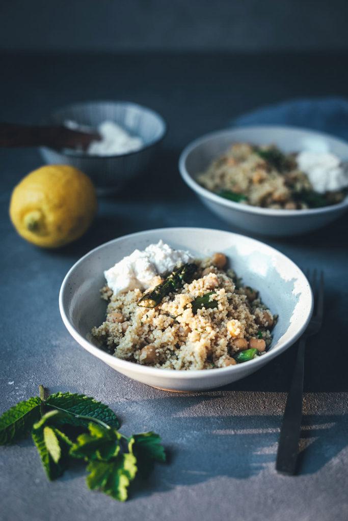 Rezept für Couscous-Salat mit gegrilltem grünem Spargel, Kichererbsen und Feta-Zitronen-Dip | leckere Frühlingsküche für Lunch, Dinner oder als Grillbeilage | moeyskitchen.com