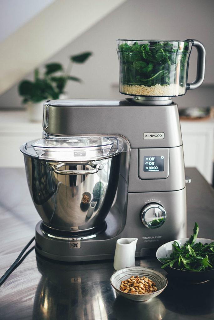 Rezept für Zupfbrot mit Pesto – herzhafte Hefeschnecken mit Mozzarella. Das ist ein fluffiges Hefegebäck perfekt als Beilage zum Grillen oder für den Brunch. Eine tolle deftige Alternative zu süßen Zimtschnecken! | moeyskitchen.com