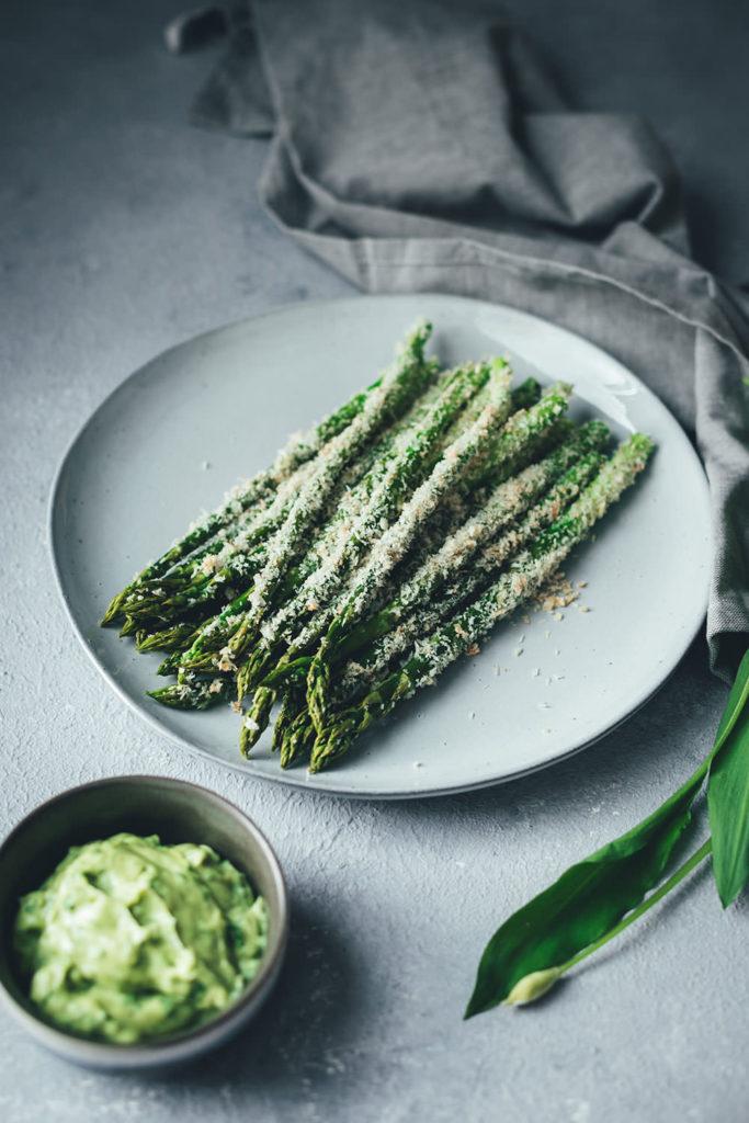 Rezept für grünen Knusper-Spargel mit Panko und Parmesan - mit cremiger Bärlauch-Aioli | moeyskitchen.com
