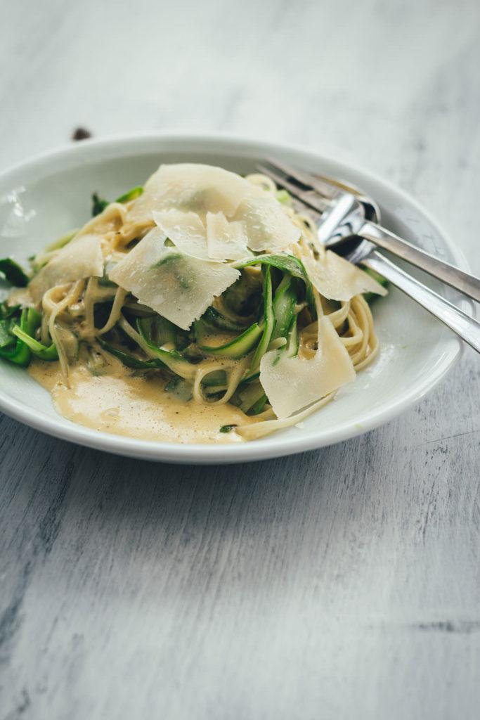 Rezept für Linguine mit grünem Spargel und Parmesansauce | vegetarische Rezeptidee für die schnelle Feierabendküche in der Spargelzeit | moeyskitchen.com