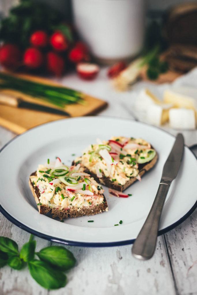 Rezept für wunderbar frühlingsfrischen Obatzda für die ganze Familie! Frühlings-Obatzda mit CHAMPIGNON Camembert Rahm, Frischkäse, grünen Frühlingskräutern und gedünsteten Radieschen. Lecker zu knusprigem Brot zum Sonntagsfrühstück oder zum Abendbrot! | moeyskitchen.com