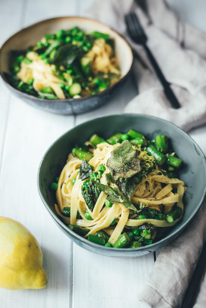 Rezept für frische Pasta mit grünem Spargel, Erbsen und Salbei-Butter | perfekt für die schnelle und vegetarische Feierabend-Küche | moeyskitchen.com