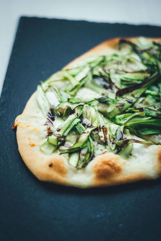 Rezept für leckere Pizza Bianca (weiße Pizza ohne Tomatensauce) mit Büffelmozzarella, Knoblauch und grünem Spargel | moeyskitchen.com