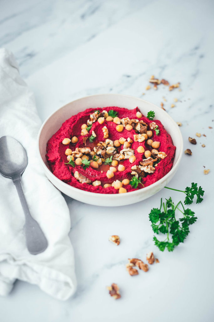 Unkompliziertes Rezept für selbst gemachtes Rote Bete Hummus als Vorspeise oder Beilage. Aus wenigen Zutaten und in kürzester Zeit hergestellt. Perfekt für eine Mezze Platte, als Dip zu knusprigem Brot oder zum Grillen | moeyskitchen.com