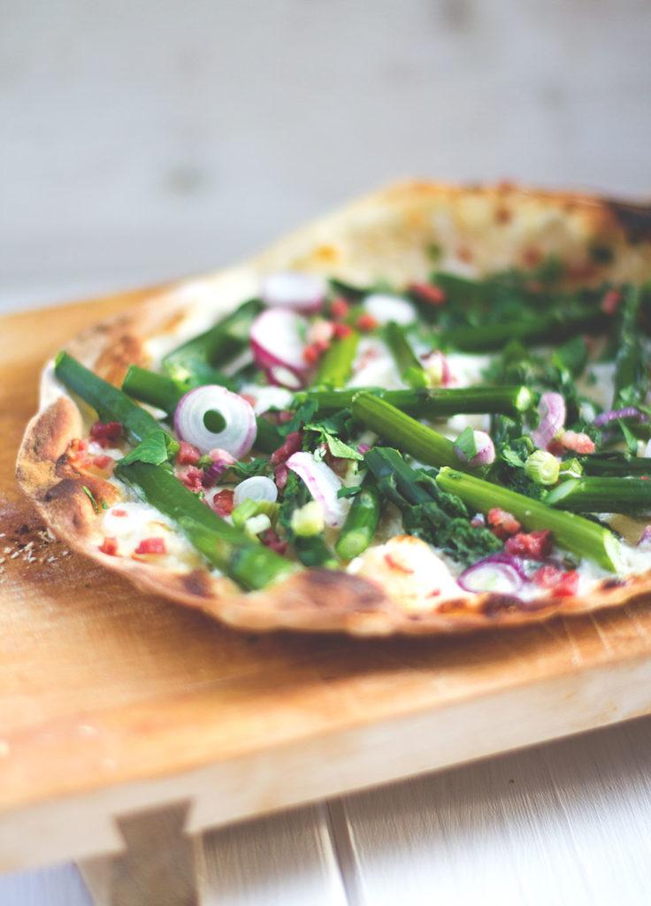 Rezept für leckeren Spargel-Mascarpone-Flammkuchen - Flammkuchen mit grünem Spargel und Mascarpone aus dem Pizzaofen | moeyskitchen.com