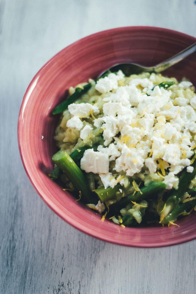 Rezept für Ofenrisotto mit grünem Spargel und Feta | blitzschnell im Ofen zubereitet, ohne lästiges Rühren | moeyskitchen.com