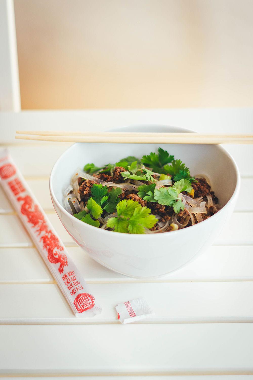 Unkompliziertes und super schnelles Rezept für einen leckeren Thai-Nudelsalat. Mit breiten Reisnudeln, knusprig gebratenem Bio-Rinderhack, einem Dressing aus Limettensaft, Sesamöl und Fischsauce, Koriander und Frühlingszwiebeln | moeyskitchen.com