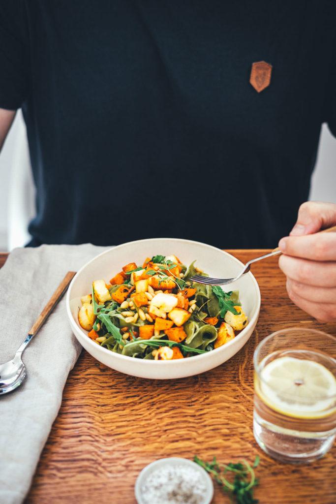 Rezept für die schnelle Feierabend-Küche: deftig-vegetarische Pasta in Form von Spinat Bandnudeln mit knusprig gerösteten Süßkartoffeln und Halloumi, serviert mit Rucola, Pinienkernen und einer blitzschnellen Frischkäse-Zitronen-Sauce   moeyskitchen.com
