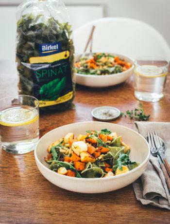 Rezept für die schnelle Feierabend-Küche: deftig-vegetarische Pasta in Form von Spinat Bandnudeln mit knusprig gerösteten Süßkartoffeln und Halloumi, serviert mit Rucola, Pinienkernen und einer blitzschnellen Frischkäse-Zitronen-Sauce | moeyskitchen.com