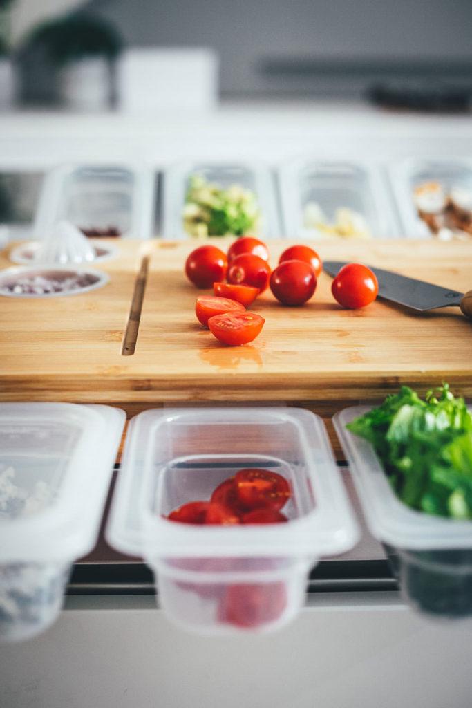 Rezept für kalifornischen Cobb Salad – typisch amerikanischer Salat mit Tomaten, Bacon, Ei, Hähnchenbrust, Avocado und Blauschimmelkäse. Ein sehr leckerer und sättigender Salat für Lunch und Abendessen | moeyskitchen.com