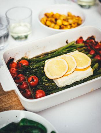 Rezept für leckeren Feta Spargel – statt Feta Pasta mit Spaghetti landen hier grüner Spargel, Tomaten und Feta in der Auflaufform. Vom Grill oder aus dem Ofen ist der Feta Spargel die perfekte Grillbeilage zum BBQ oder eine vegetarische Alternative zu gegrilltem Fleisch und Würstchen | moeyskitchen.com