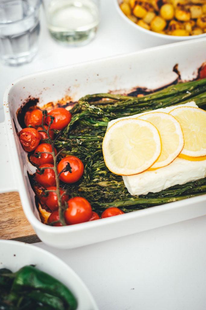 Rezept für leckeren Feta Spargel – statt Feta Pasta mit Spaghetti landen hier grüner Spargel, Tomaten und Feta in der Auflaufform. Vom Grill oder aus dem Ofen ist der Feta Spargel die perfekte Grillbeilage zum BBQ oder eine vegetarische Alternative zu gegrilltem Fleisch und Würstchen   moeyskitchen.com