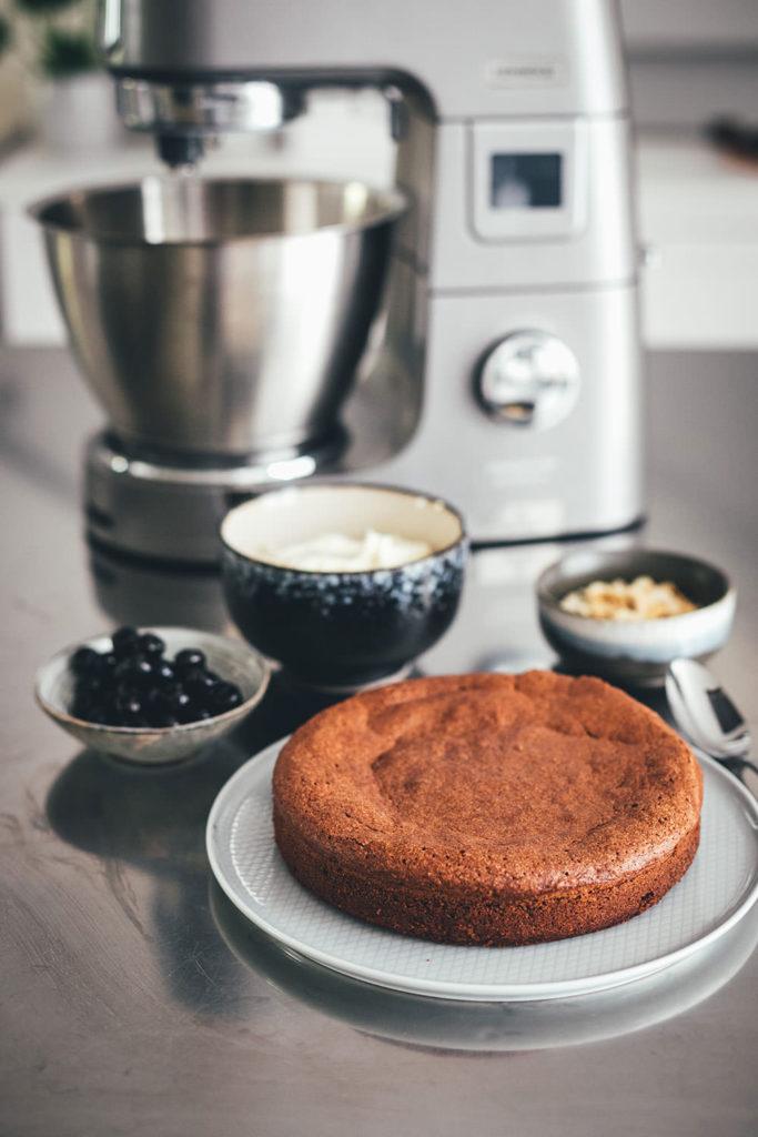 Der italienische Kuchenklassiker in neuem Gewand: Torta Caprese ist ein super saftiger Schokoladenkuchen, der ganz ohne Mehl auskommt. Stattdessen kommen hier zerkleinerte, geröstete Mandeln in den Teig. Und statt die Torta Caprese wie im Original nur mit Puderzucker zu bestreuen, serviere ich sie hier mit einer wunderbaren Mascarpone-Creme, leckeren Amarenakirschen und zusätzlich mit gerösteten Mandelblättchen. Der saftigste Schokokuchen überhaupt! | moeyskitchen.com