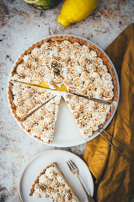 Rezept für Tarte au citron mit knusprigem Mürbeteigboden, cremiger Zitronen-Füllung und fluffigem Baiser. Unkomplizierte Zitronentarte mit unkomplizierten Arbeitsschritten und einem köstlichen Ergebnis | moeyskitchen.com