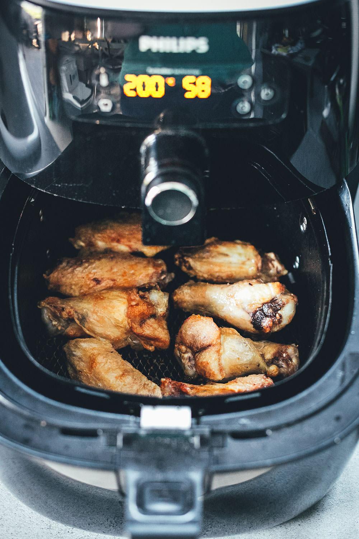 Rezept für die besten Chicken Wings aus dem Airfryer – die Hähnchenflügel werden in der Heißluftfritteuse super zart und saftig. Hier serviere ich sie mit einem einfachen, asiatisch gewürzten Krautsalat als Coleslaw mit Spitzkohl und Möhren   moeyskitchen.com