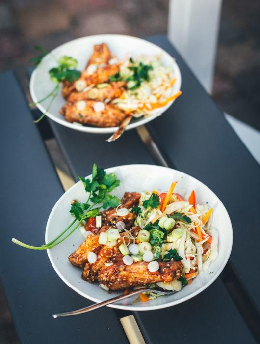 Rezept für die besten Chicken Wings aus dem Airfryer – die Hähnchenflügel werden in der Heißluftfritteuse super zart und saftig. Hier serviere ich sie mit einem einfachen, asiatisch gewürzten Krautsalat als Coleslaw mit Spitzkohl und Möhren | moeyskitchen.com