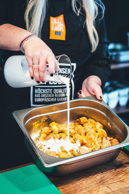 Rezept für fruchtigen Flammkuchen mit Curry-Hähnchen und Ananas – blitzschnell vom Pizzastein vom Grill oder aus dem Ofen | moeyskitchen.com