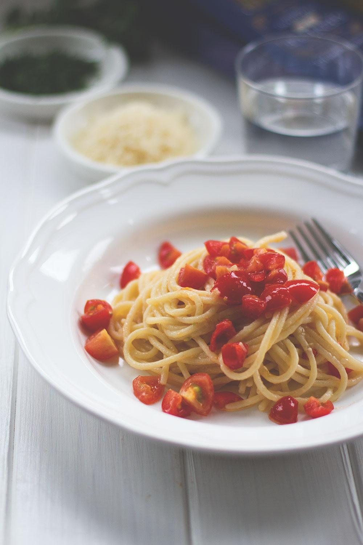 """Das Rezept für die Spaghetti aus Gragnano zur Blogparade von Stevan Pauls Roman """"Der große Glander"""" – Spaghetti mit kleinen Tomatenstückchen, etwas Knoblauch, Olivenöl, Peperoncini"""